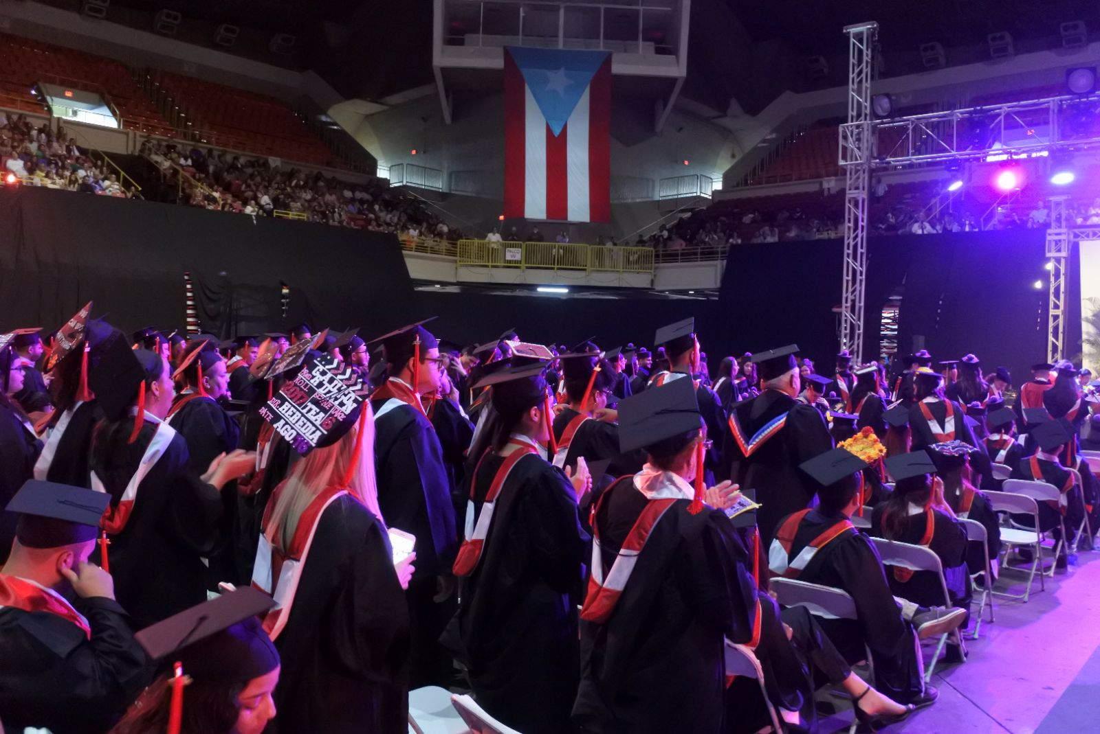 Estudiantes celebran graduación simbólica en la UPR Río Piedras