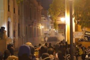 Fuegos artificiales fueron lanzados desde el perímetro de la Policía